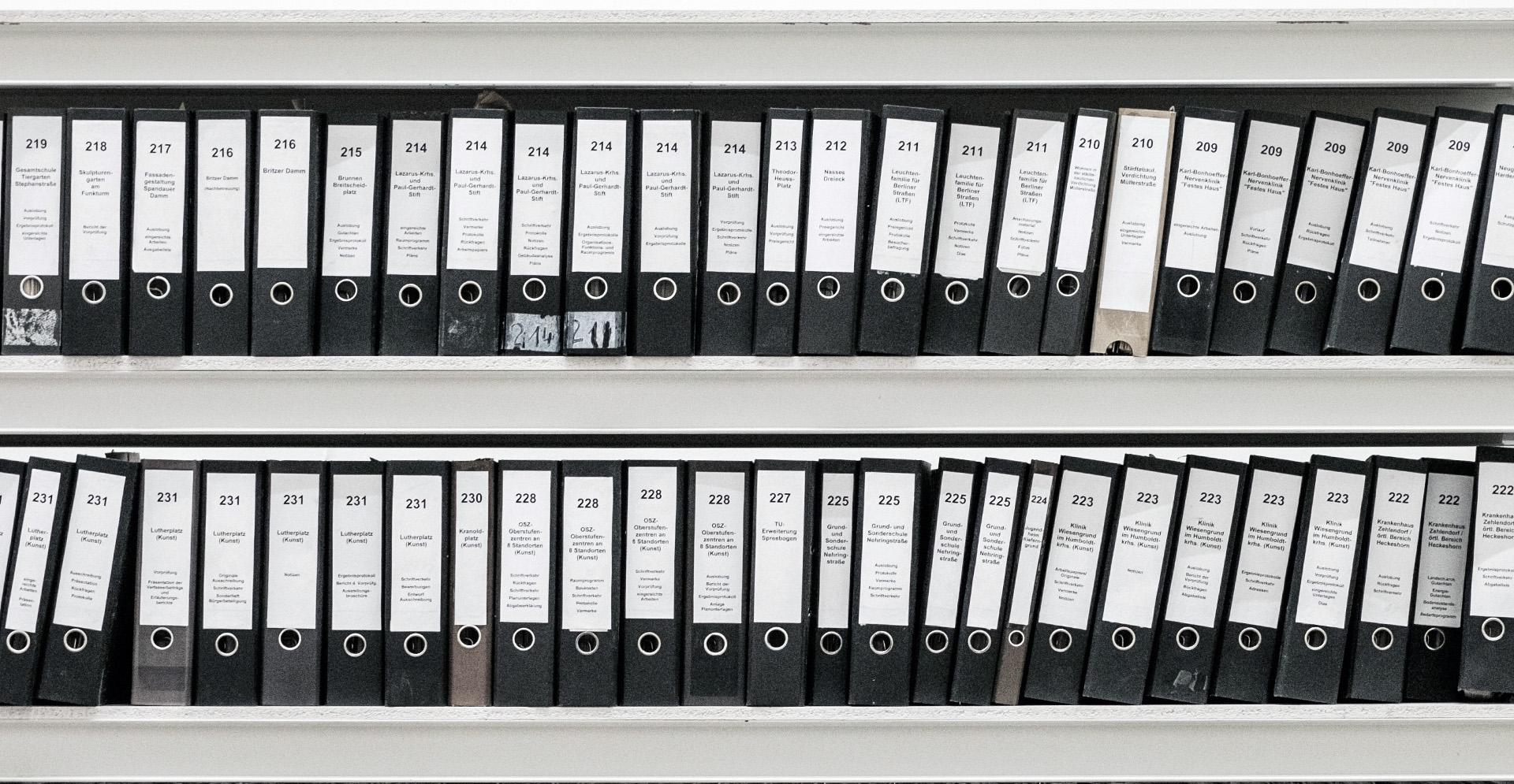 estantería con archivadores